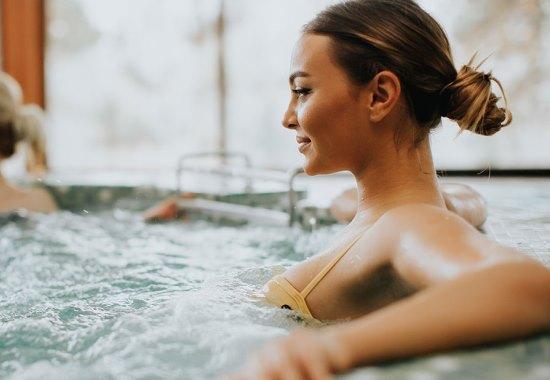 Гидромассаж в бассейне: польза, показания и противопоказания
