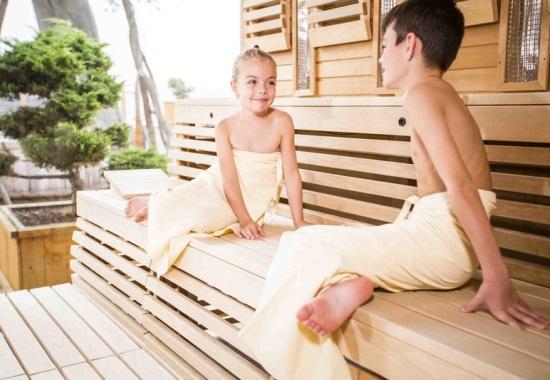 Когда и как начинать приучать ребенка к походам к баню